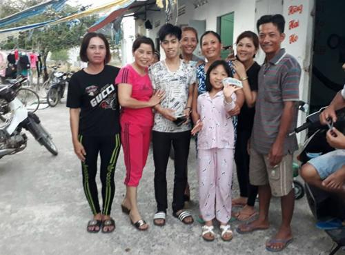 Văn Sang nhận lại được 17,5 triệu đồng nhờ sự giúp đỡ của chủ nhà nghỉ (áo đỏ) và vợ chồng anh Phước (ngoài cùng bên phải).