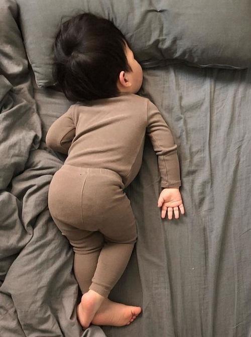 Dáng ngủ của bé cũng khiến cho dân tình thích thú.