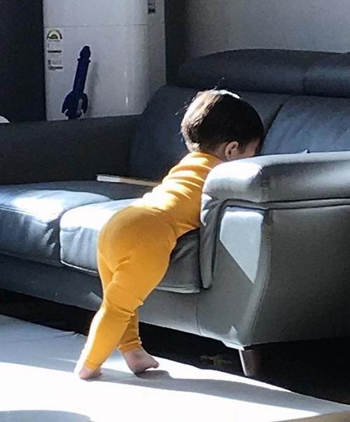 Cậu bé bụng tròn, mông cong gây sốt vì quá đáng yêu - 5