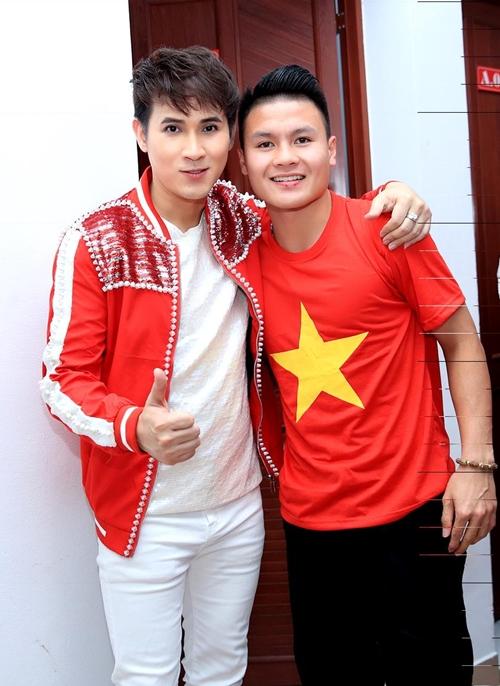 Nguyên Vũ nhắng nhít pose hình với từng cầu thủ U23 ở hậu trường - 5