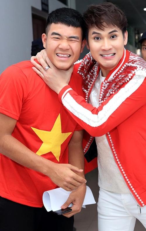 Nguyên Vũ nhắng nhít pose hình với từng cầu thủ U23 ở hậu trường - 2