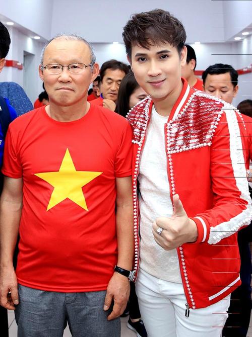 Nguyên Vũ nhắng nhít pose hình với từng cầu thủ U23 ở hậu trường - 7