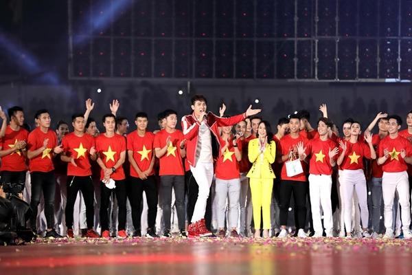 Nguyên Vũ nhắng nhít pose hình với từng cầu thủ U23 ở hậu trường - 8