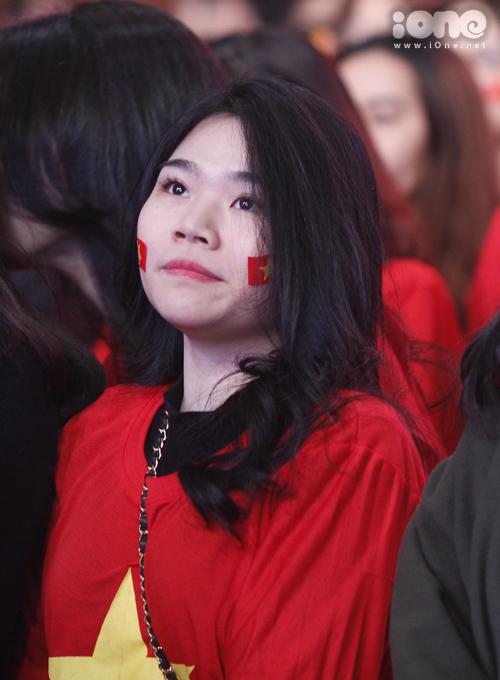 Huyền My trang điểm, mặc đồ sang chảnh đến giao lưu cùng U23 Việt Nam - 8