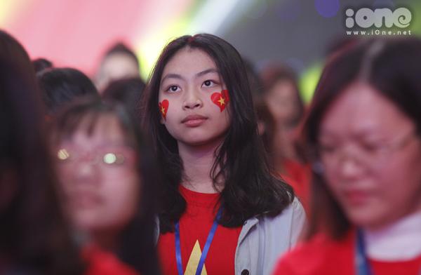 Huyền My trang điểm, mặc đồ sang chảnh đến giao lưu cùng U23 Việt Nam - 10