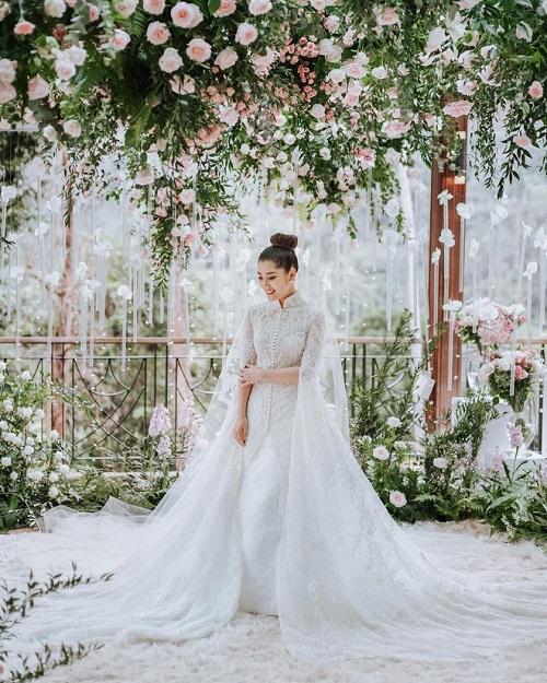 Cô dâu đắm thắm, dịu dàngtrong bộ váy cưới của nhà thiết kế hàng đầuIndonesia Yefta Gunawan