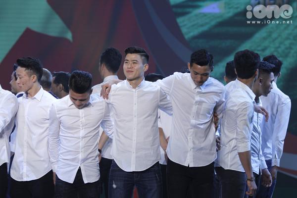 U23 Việt Nam đốn tim fan nữ khi đồng loạt diện sơ mi trắng
