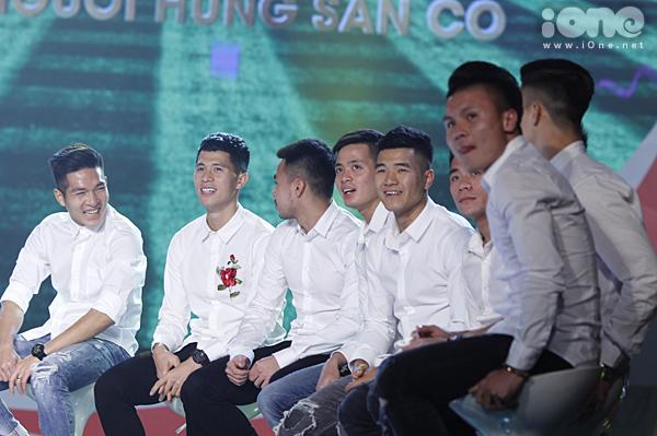 U23 Việt Nam đốn tim fan nữ khi đồng loạt diện sơ mi trắng - 1