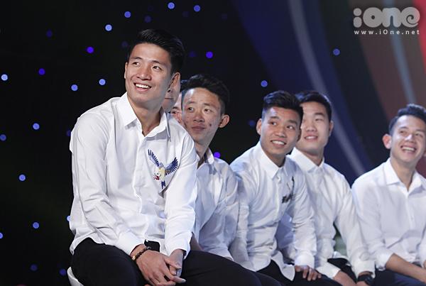U23 Việt Nam đốn tim fan nữ khi đồng loạt diện sơ mi trắng - 2