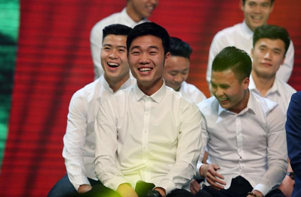U23 Việt Nam đốn tim fan nữ khi đồng loạt diện sơ mi trắng - 4