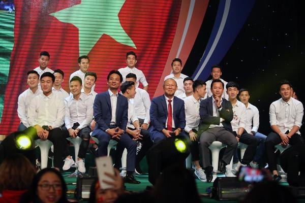 U23 Việt Nam đốn tim fan nữ khi đồng loạt diện sơ mi trắng - 5