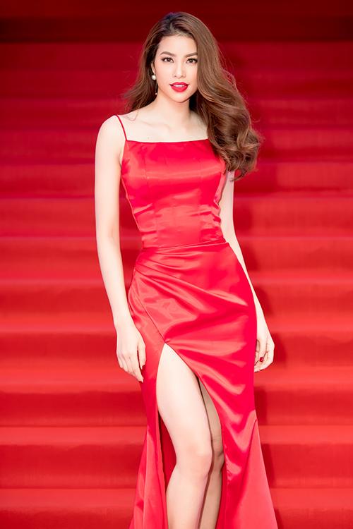 Phạm Hương khoe thân hình chuẩn mực trên thảm đỏ