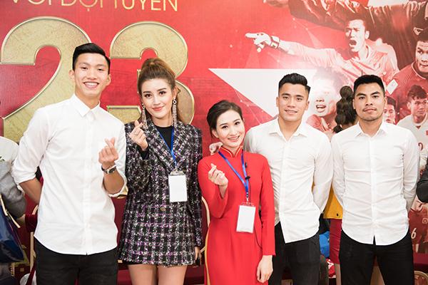 Huyền My trang điểm, mặc đồ sang chảnh đến giao lưu cùng U23 Việt Nam - 4