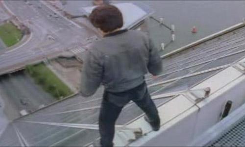 Thót tim với cảnh trượt từ trên cao không cần bảo hiểm của Thành Long - 1