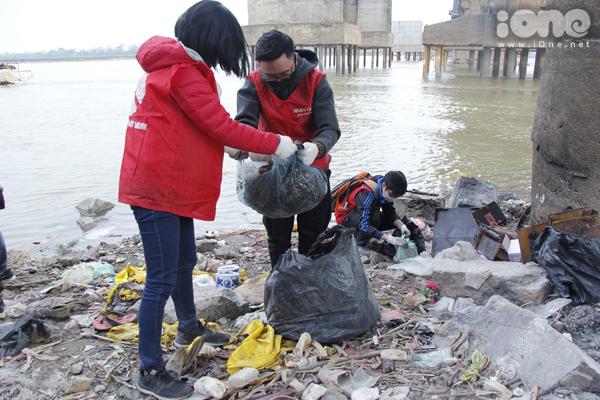 Bất chấp gió lạnh, anh Tây điển trai giúp bạn trẻ Hà Nội dọn rác - 4