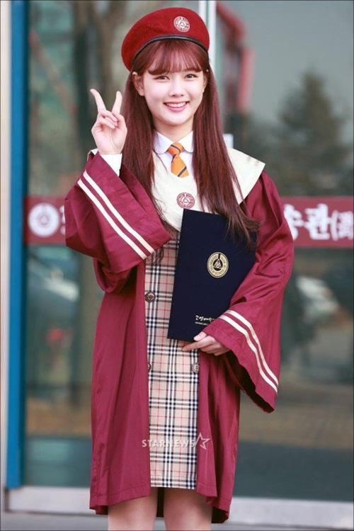 Kim Yoo Jung và loạt sao Kpop rạng rỡ trong ngày tốt nghiệp cấp 3