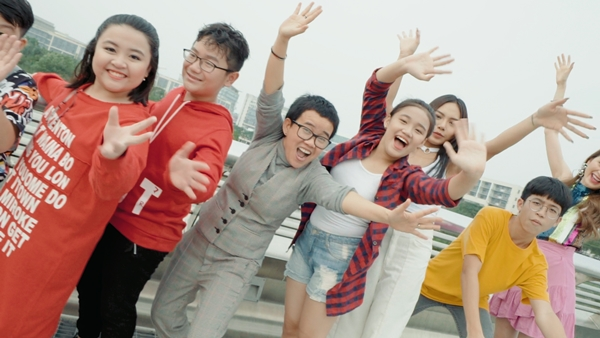 Phương Uyên - Thiều Bảo Trang quậy bung nóc với học trò trong MV Tết - 4