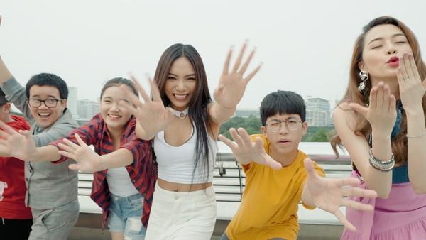 Phương Uyên - Thiều Bảo Trang quậy bung nóc với học trò trong MV Tết - 1