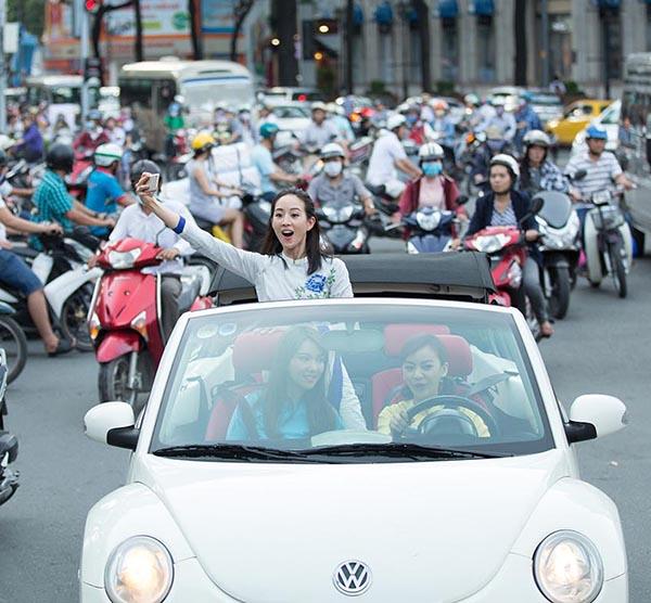 Mỹ nhân Võ Mỵ Nương truyền kỳ ngồi xe mui trần thăm thú Sài Gòn - 2