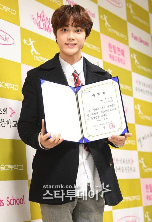 Yeri nổi nhất dàn sao sinh năm 1999 trong ngày tốt nghiệp - 7