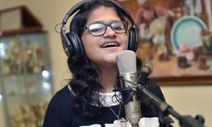 Hát bằng 102 thứ tiếng trong 6 giờ, cô bé 12 tuổi lập kỷ lục Guinness