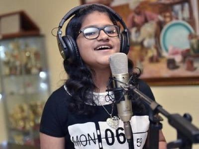 Hát bằng 102 thứ tiếng trong 6 giờ, cô bé 12 tuổi lập kỷ lục Guinness - 1