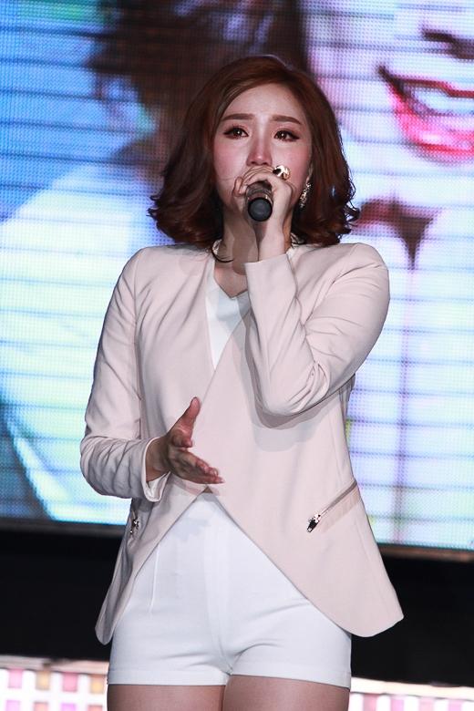 Những sao Việt dở khóc dở cười vì bị fan cuồng sàm sỡ - 3