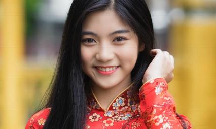 Miss Teen Nam Phương khoe nhan sắc rực rỡ tuổi 18 giữa phố xuân
