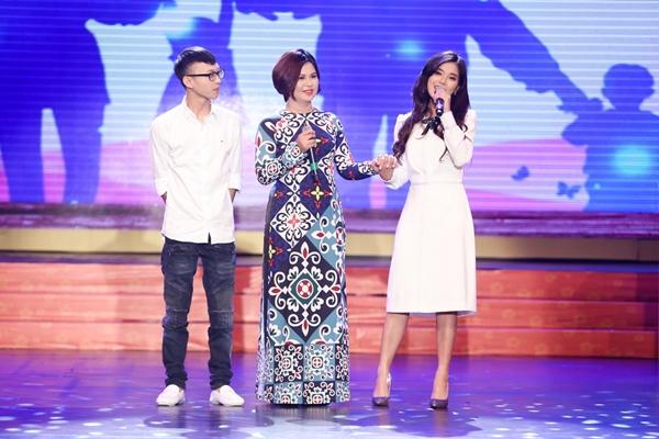 Hoàng Yến Chibi lần đầu kéo mẹ và em trai lên sân khấu hòa giọng - 1