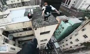 Những chàng trai mạo hiểm bay như 'chim' qua nóc tòa nhà 17 tầng