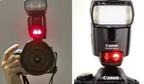 Máy ảnh phát chùm tia sáng đỏ từ loại đèn hỗ trợ tự động lấy nét.