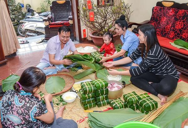 Sao Việt trang hoàng nhà cửa, nấu bánh chưng đón Tết