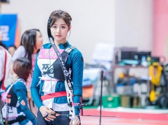 Tzuyu, Irene đẹp như bước ra từ truyện tranh khi thi bắn cung