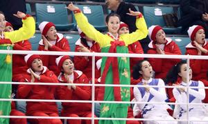Đội cổ vũ Triều Tiên nhảy theo hit của BTS đều như duyệt binh