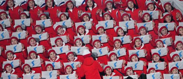 Đội cổ vũ Triều Tiên nhảy theo hit của BTS đều như duyệt binh - 2