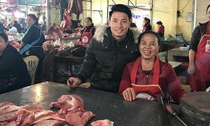Trung vệ Tiến Dũng về quê bán thịt lợn cùng mẹ