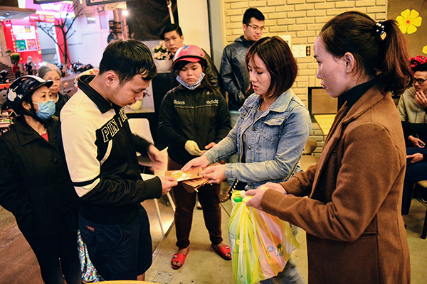 Cô gái 9x kêu gọi quyên góp quà cho người nghèo đón Tết