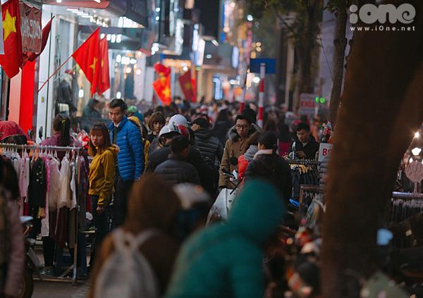 Các phố mua sắm Hà thành bán rẻ như cho, kẹt cứng đến gần nửa đêm
