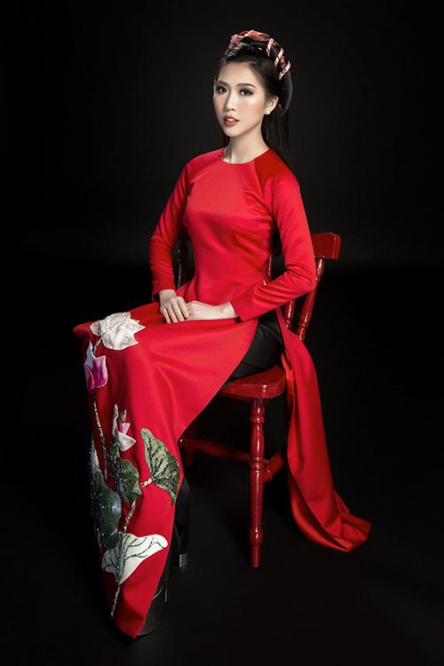 Tường Linh đẹp dịu dàng với áo dài đón Tết