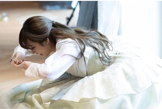 Nữ ca sĩ thực động tác cúi lậy theo phong tục Hàn.