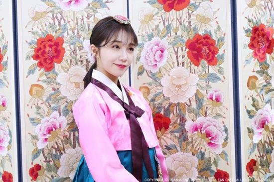 Eum Ji kết hợp hồng và váy xanh, tạo cảm giác tươi sáng hơn.