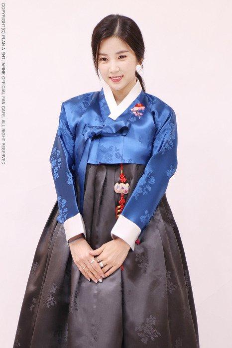 Trưởng nhóm Cho Rong chọn mẫu váy xanh nữ tính.