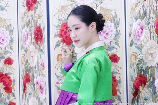 Kiểu tóc búi sau cổ điển giúp Na Eun khoe trọn gương mặt xinh đẹp.