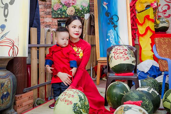 Dương Cẩm Lynh đưa con trai kháu khỉnh du xuân