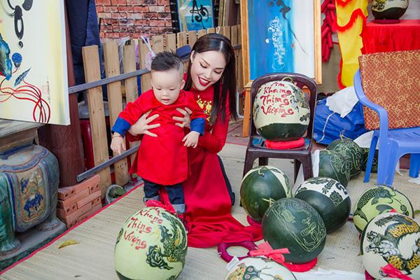 Dương Cẩm Lynh đưa con trai kháu khỉnh du xuân - 1