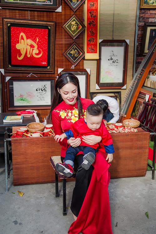 Dương Cẩm Lynh đưa con trai kháu khỉnh du xuân - 4