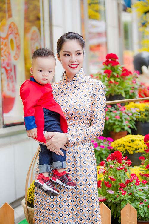 Dương Cẩm Lynh đưa con trai kháu khỉnh du xuân - 7
