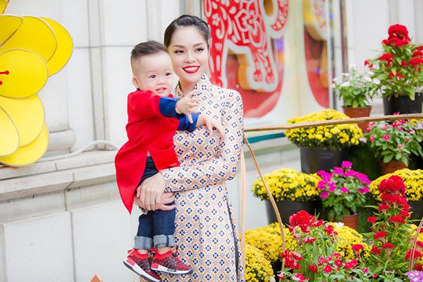 Dương Cẩm Lynh đưa con trai kháu khỉnh du xuân - 8