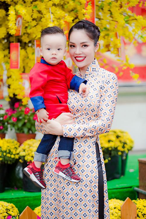 Dương Cẩm Lynh đưa con trai kháu khỉnh du xuân - 10