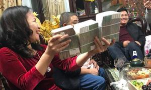 Mẹ 'nhà người ta' mừng tuổi các con cả xấp tiền toàn 500 nghìn